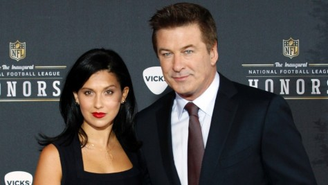 Alec Baldwin Hilaria Thomas Sao Fotografados No Inaugural National Football League Honors Alec Baldwin