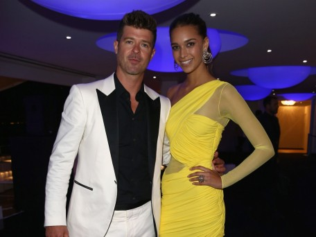 Robin Thicke Und April Love Geary In Gelb Background