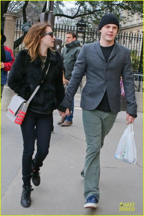 Celebrity Street Style Emma Roberts Evan Peters Paris Sightseeing Couple Body Af Bf Ae Fullsize Body