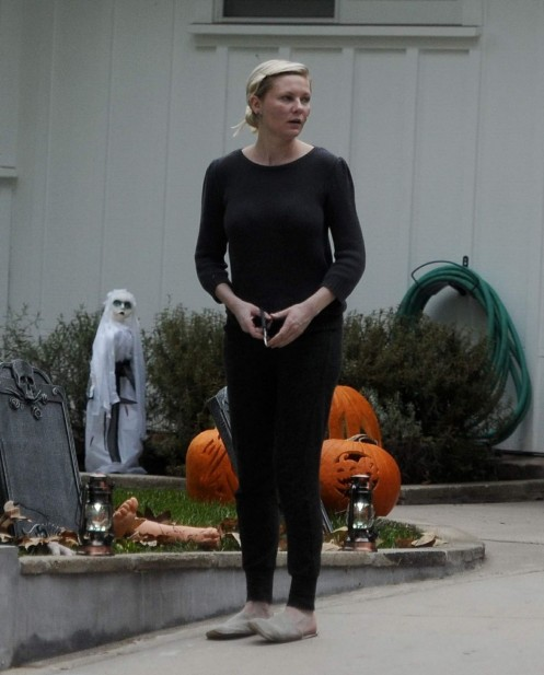Kirsten Dunst Making On Her Halloween Decorations At Her House Body