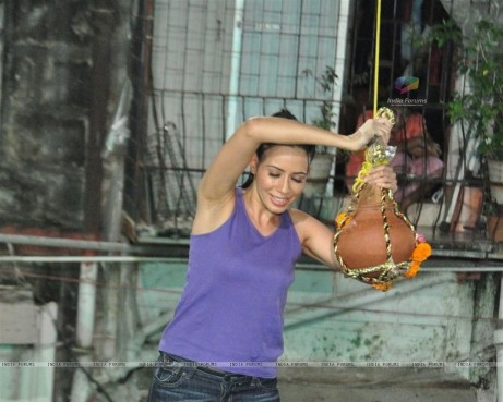 Gladrags Model Rozlyn Khan Plays Cheers And Breaks Dahi Handi Rozlyn Khan
