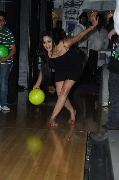 Hpse Fullsize Shweta Tiwari Bowling At The Celebration Of The Completion Party Of Episodes Of Parvarish Kuch Khatti Kuch Meethi In Bowling Alley On Th April  Shweta Tiwari