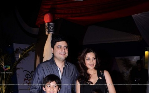 Sonali Bendre With Family At Premiere Of Pirates Of The Carribe Sonali Bendre